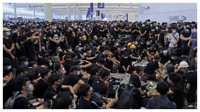 Demonstran anti-pemerintah yang berkumpul di Bandara Internasional Hong Kong. Peristiwa tersebut membuat bandara ditutup sementara pada hari Senin (12/8/2019).