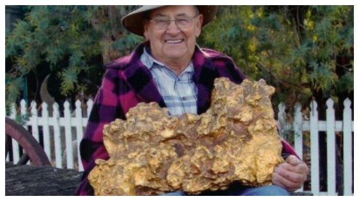 Dick Deason, cucu sang penemu bongkah emas, memegang replika Welcome Stranger (Scillonian.com)