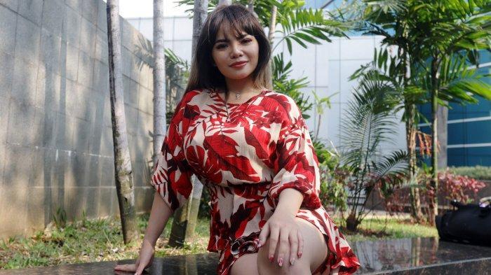 Dj Dinar Candy berpose saat ditemui usai menghadiri acara di sebuah stasiun televisi di Jakarta Selatan, Selasa (4/8/2020). Dinar Candy saat ini berencana membeli mobil sport yang ia idamkan dengan uang tabungan miliknya. Bahkan, Dinar Candy sudah melihat-lihat beberapa merek mobil sport.