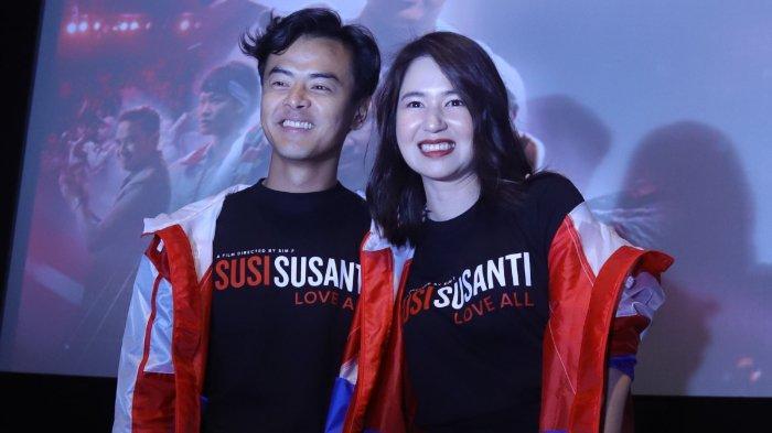 Aktris Laura Basuki (kanan) dan aktor Dion Wiyoko berfoto pada acara peluncuran trailer film Susi Susanti Love All, di Jakarta, Rabu (18/9/2019). Film yang berkisah tentang perjalanan hidup Susi Susanti itu akan tayang pada 24 Oktober 2019.