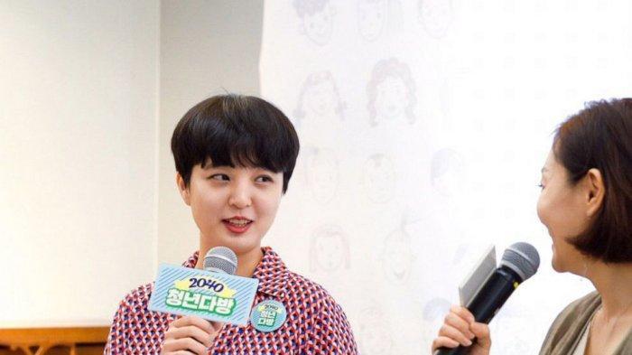 Ryu Ho-jeong (28) saat diwawancarai alasan memakai gaun terusan berwarna di Majelis Nasional Korea Selatan.