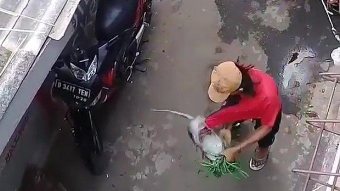Tangkapan layar video saat dua pengamen topeng monyet melakukan penganiayaan di Cakung, Jakarta Timur, Minggu (2/8/2020). (TRIBUNJAKARTA.COM/BIMA PUTRA)