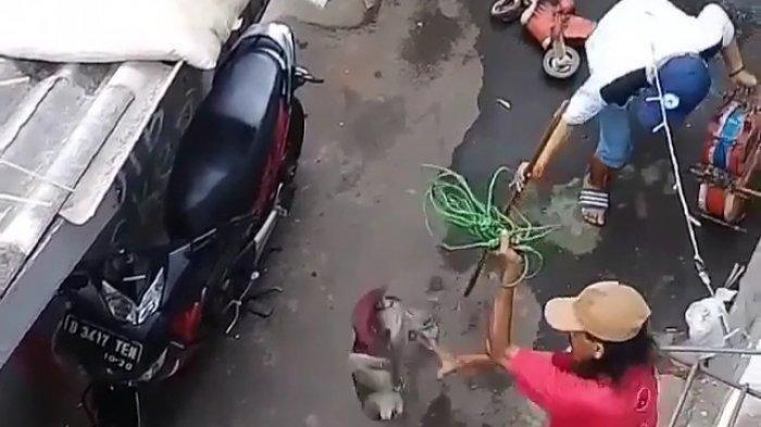 Tangkapan layar video saat dua pengamen topeng monyet melakukan penganiayaan di Cakung, Jakarta Timur, Minggu (2/8/2020).TRIBUNJAKARTA.COM/BIMA PUTRA