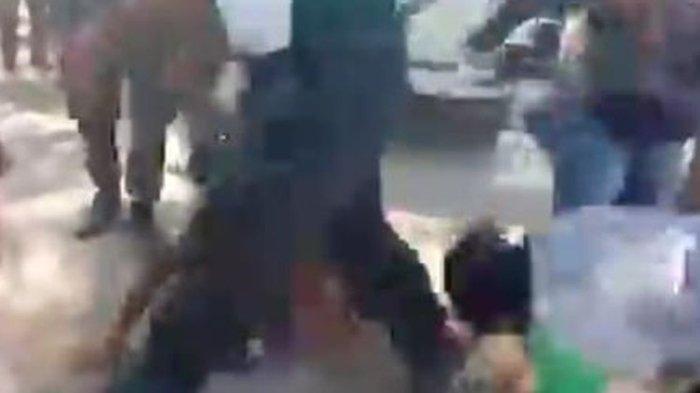 Tangkapan layar video viral dugaan tindak kekerasan di Desa Pubabu-Besipae, NTT, Rabu (14/10/2020).