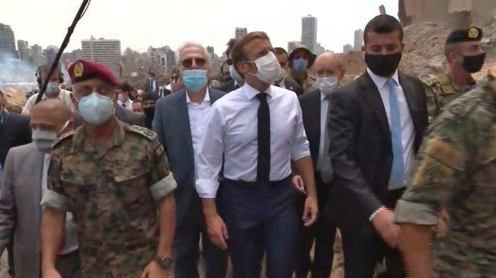 FOTO: Sebuah tangkapan layar rekaman video menunjukkan Presiden Prancis Emmmanuel Macron (tengah) sedang memeriksa kerusakan di pelabuhan ibu kota Lebanon, Beirut, pada 6 Agustus 2020, di mana ledakan besar menewaskan lebih dari 100 orang dan menghancurkan kota.