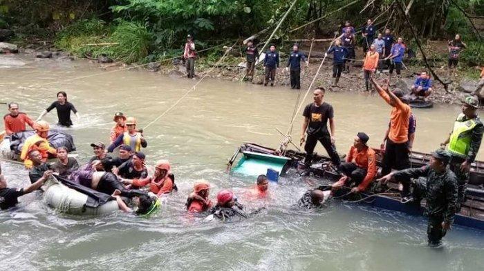 Evakuasi bus Sriwijaya yang terjatuh ke jurang ketika melintas di kecelakaan bus Sriwijaya di Liku Lematang, Desa Prahu Dipo, Kecamatan Dempo Tengah , kota Pagaralam, Sumatera Selatan, Rabu (25/12/2019).