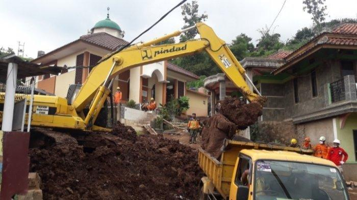 Evakuasi korban longsor di Cimanggung, Kabupaten Sumedang, Jawa Barat, Senin (11/1/2020).