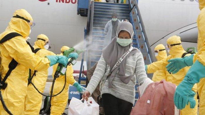 WNI dari Wuhan disemprot cairan disinfektan begitu tiba di Bandara Hang Nadiem, Batam. Penyemprotan merupakan bagian kecil dari proses pencegahan terhadap wabah Virus Corona.