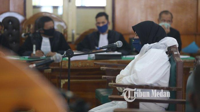 Terdakwa kasus pembunuhan hakim Pengadilan Negeri Zuraida Hanum menggunakan alat pelindung diri (APD) saat menjalani sidang dengan agenda pemeriksaan saksi ahli dan terdakwa, di PN Medan, Sumatera Utara, Jumat (15/5/2020).(TRIBUN MEDAN/RISKI CAHYADI)