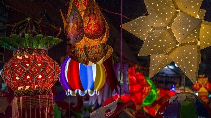 Diwali, atau Dipawali, adalah hari libur terbesar dan terpenting di India tahun ini. Festival ini mendapatkan namanya dari deretan (avali) lampu tanah liat (deepa) yang diterangi orang India di luar rumah mereka untuk melambangkan cahaya batin yang melindungi dari kegelapan spiritual.