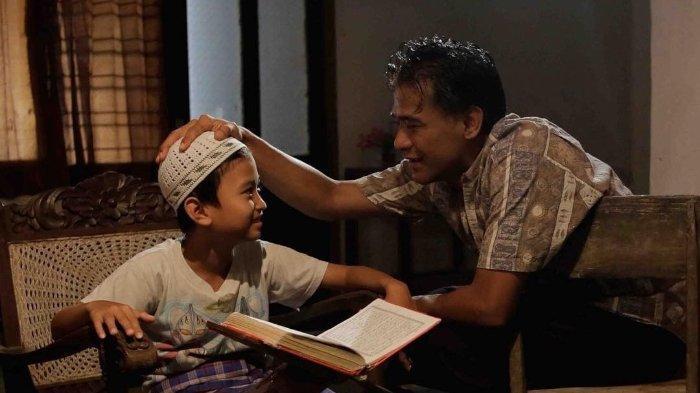 Ilustrasi Membaca Al-Quran dalam Film Guru Ngaji
