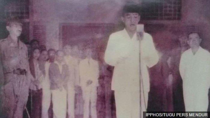 Foto proklamasi yang diambil Frans Mendur mengabadikan momen pembacaan naskah proklamasi oleh Sukarno, didampingi Mohammad Hatta, di Jalan Pegangsaan Timur 56,