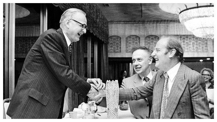 Maclyn McCarty (kiri) dengan Francis Crick dan James D. Watson.