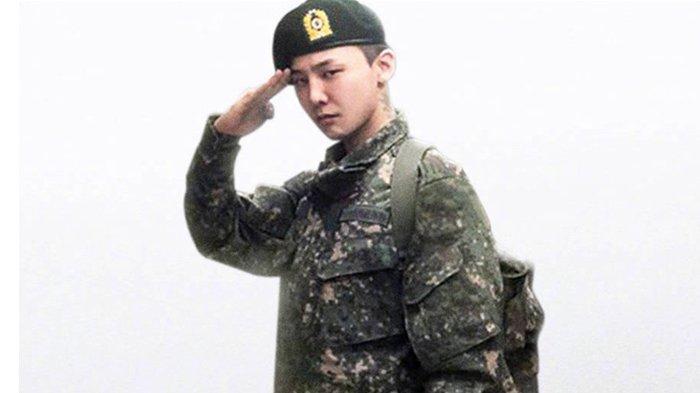 Leader Boyband BIGBANG, G-Dragon diperkirakan akan segera menyelesaikan wajib militernya yaitu pada 26 Oktober 2019.