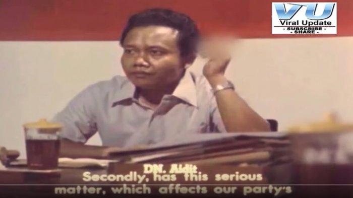 Adegan DN Aidit merokok aktif (Repro Film Pengkhianatan G30S/PKI/Capture Youtube akun Viral Media).