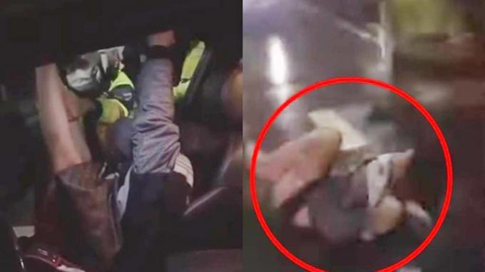 Meski sudah ditarik polisi, gadis ini tetap menolak keluar dari mobil. Polisi akhirnya menarik paksa gadis itu keluar dari mobil yang bukan miliknya.