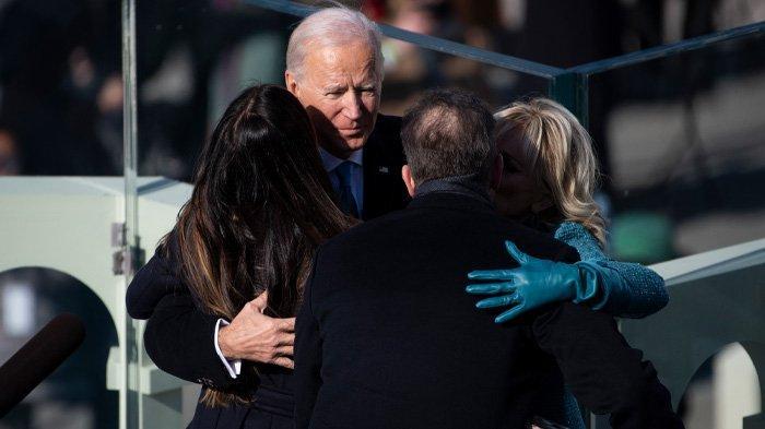 Presiden AS Joe Biden memeluk istrinya Dr. Jill Biden dan anak-anaknya Hunter dan Ashley Biden setelah dia dilantik di Front Barat Capitol AS pada 20 Januari 2021 di Washington, DC. Sebagai Presiden Amerika Serikat, Joe Biden akan menerima gaji sebesar
