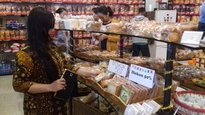 Salah satu pengunjung berbelanja di toko Roti Ganep, Solo, Kamis (22/12/2016).