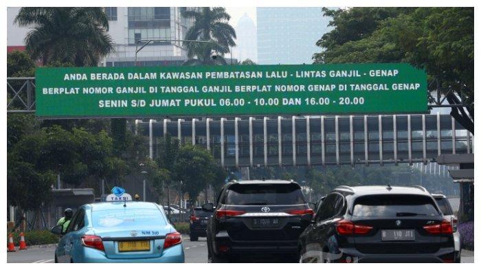 Sejumlah kendaraan roda empat melintas di Jalan Jenderal Sudirman, Jakarta, Minggu (2/8/2020). Pemprov DKI Jakarta menerapkan kembali aturan ganjil genap bagi kendaraan roda empat saat masa Pembatasan Sosial Berskala Besar (PSBB) transisi mulai Senin (3/8/2020) di 25 ruas jalan Ibu Kota.