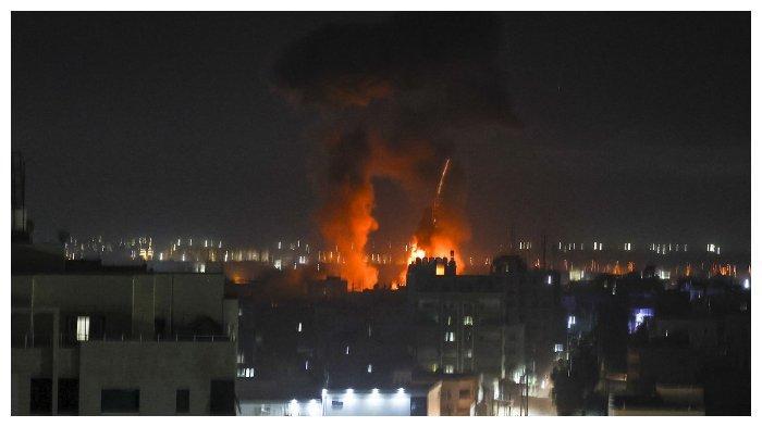 Api ledakan terlihat di atas gedung-gedung di Kota Gaza saat pasukan pasukan Israel meluncurkan serangan udara ke daerah kantong warga Palestina, 16 Juni 2021.