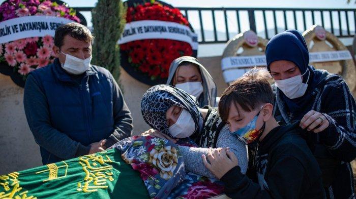 FOTO: Sejumlah orang berkabung di peti mati saat mereka menghadiri pemakaman Nazmiye Dograyan, salah satu korban tewas yang ditemukan di bawah bangunan runtuh setelah gempa bumi berkekuatan 7,0 di Laut Aegea, di distrik Bayrakli di Izmir, pada 31 Oktober 2020.