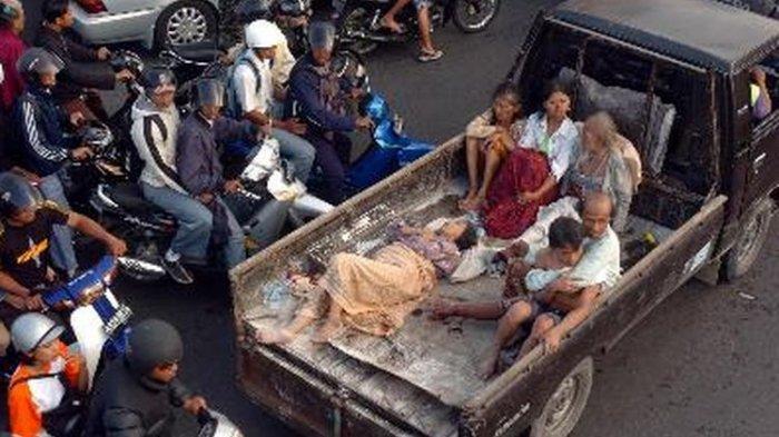 Ribuan warga dari Kabupaten Bantul dan Kota Yogyakarta berbondong-bondong menjauh dari daerah pantai selatan karena panik oleh isu tsunami akibat gempa tektonik berkekuatan 5,9 SR, Sabtu (27/5/2006) (Gempa Jogja)