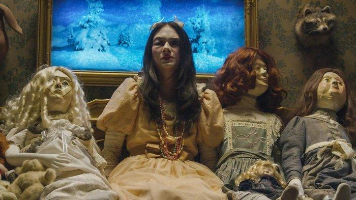 Salah satu adegan Ghostland di mana Vera diculik dan didandani seperti boneka