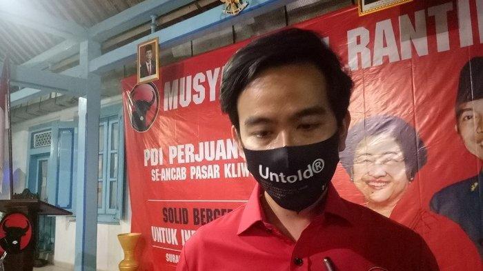 ILUSTRASI - Gibran Rakabuming Raka ditemui usai Musyawarah Ranting di PAC Pasar Kliwon, Kota Solo, Jumat (7/8/2020).