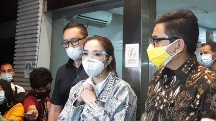 Gisella Anastasia akhirnya keluar dari Ditreskrimsus Polda Metro Jaya setelah menjalani pemeriksaan selama 10 jam sebagai tersangka kasus video syurnya dengan Michael Yukinobu de Fretes.