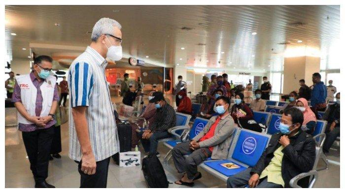 Gubernur Jawa Tengah Ganjar Pranowo berbicara dengan para pekerja migran migran Indonesia di Banda Ahmad Yani Semarang