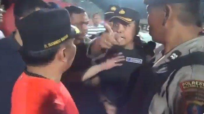 Gubernur Kalteng Sugianto memarahi Kapolres Palangka Raya AKBP Timbul RK Siregar saat laga Kalteng Putra vs Persib Bandung