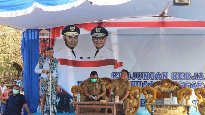 Gubernur Nusa Tenggara Timur (NTT) Viktor Bungtilu Laiskodat sedang memberikan sambutan pada saat kunjungan kerja di Desa Nggongi, Kecamatan Karera, Kabupaten Sumba Timur, Selasa (8/9/2020).