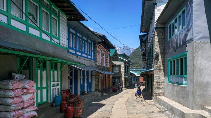 Sebuah pemandangan menunjukkan sepinya jalan dengan toko-toko dan restoran yang tertutup selama lockdown yang diberlakukan pemerintah sebagai tindakan pencegahan terhadap coronavirus COVID-19, di Lukla gerbang utama ke wilayah Everest, sekitar 140 km timur laut Kathmandu pada 28 Maret , 2020.