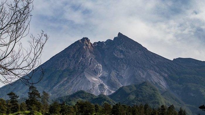 Puncak Gunung Merapi dilihat dari Wisata Kali Talang, Klaten