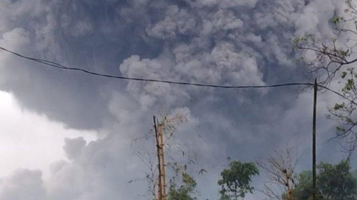 Kondisi awan panas guguran yang meluncur sekitar 4,5 kilometer dari kawah Gunung Semeru, Jawa Timur, Sabtu (16/1/2021).