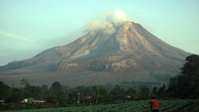 gunung-sinabung-dari-desa-tiga-serangkai-karo-kamis-04062015.jpg