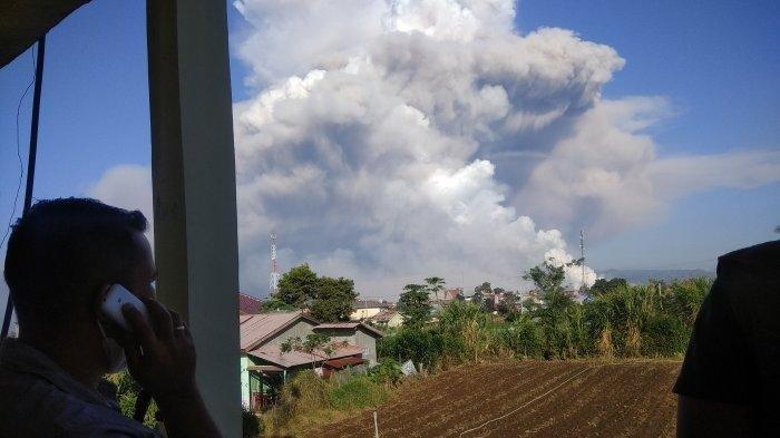 Gunung Sinabung kembali mengalami aktivitas awan panas guguran, pada Selasa (2/3/2021).