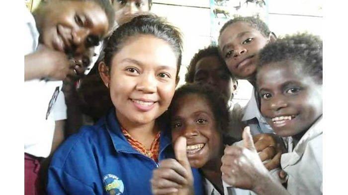 Diana Cristian Da Costa Ati (23) berpose bersama anak-anak muridnya di SD Inpres Kaibusene, Distrik Haju, Kabupaten Mappi, Papua. (Antaranews via Kompas.com)
