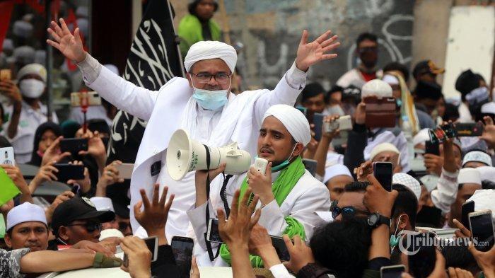 Pemimpin Front Pembela Islam (FPI) Habib Rizieq Syihab saat menyapa pendukung dan simpatisan saat tiba di sekitar markas FPI, Petamburan, Jakarta Pusat (10/11/2020) Saat tiba, Rizieq menyampaikan orasi di hadapan massa pendukungnya untuk melakukan revolusi akhlak.