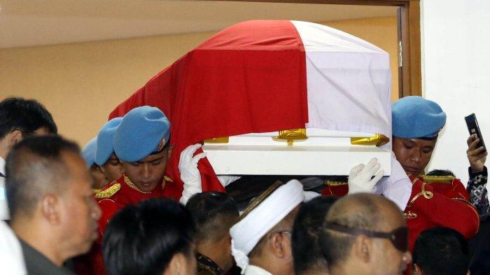 Jenazah Presiden RI ke-3 BJ Habibie keluar dari RSPAD untuk diantarkan ke rumah duka, Jakarta, Rabu (11/9/2019). Presiden sekaligus ilmuwan kebanggaan Indonesia BJ Habibie wafat pada Rabu 11 September 2019 dalam usia 83 tahun.