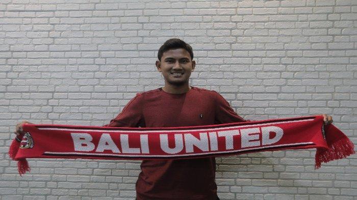 Haudi Abdillah ketika diperkenalkan sebagai pemain baru Bali United.
