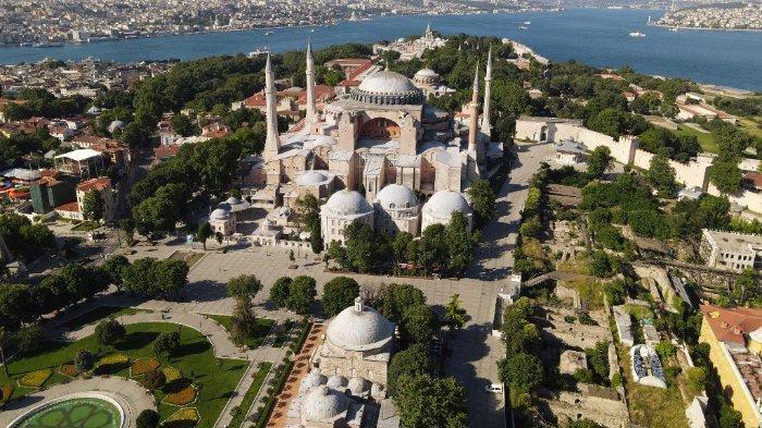Foto udara ini diambil pada 28 Juni 2020 di Istanbul menunjukkan museum Hagia Sophia di Istanbul.