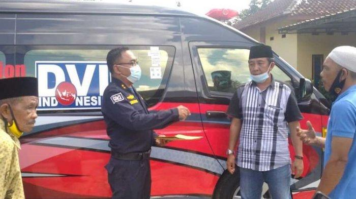 Biddokes Polda Lampung menyerahkan hasil tes DNA kepada keluarga Ajun Brigadir Asep di Natar, Lampung Selatan.