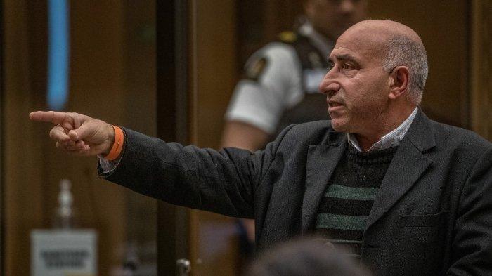 FOTO: Diambil pada 25 Agustus 2020, menunjukkan Hazem Mohammed mengacungkan tangan ke arah terdakwa Brenton Tarrant saat memberikan pernyataan dampak korban atas peristiwa penembakan pada 15 Maret 2019. Adapun sidang vonis dilakukan di Pengadilan Tinggi Christchurch, Selandia Baru.