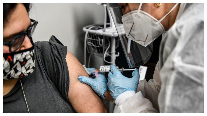heather-lieberman-kiri-menerima-vaksinasi.jpg