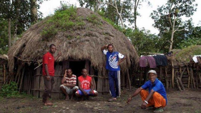 Ruben Wetipo (paling kanan) bersama anak-anaknya di depan honai (rumah adat Papua) di Kampung Wouma, Wamena, Kabupaten Jayawijaya, Papua, Minggu (29/4/2012).