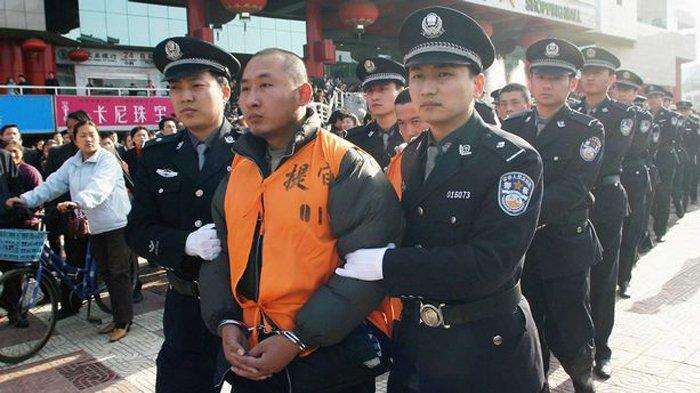 ()Polisi China mengarak sekelompok 15 narapidana kriminal untuk dijatuhi hukuman mati di depan umum. Pelaku kejahatan berat yang divonis mati biasanya dieksekusi di depan publik untuk menimbulkan efek ngeri.