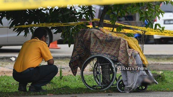Dalam kursi roda itu ada jenazah wanita berusia 62 tahun. Menurut keterangan, pria yang membawa mayat ibunya ini ternyata memang mengidap gangguan mental.