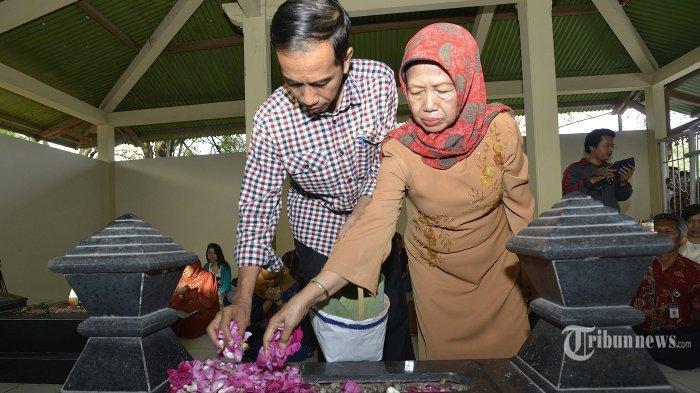 Ibunda Joko Widodo, Sujiatmi Notomihardjo wafat pada usia 77 tahun. Foto: Momen saat Jokowi bersama ibundanya ziarah ke makam sang ayah.