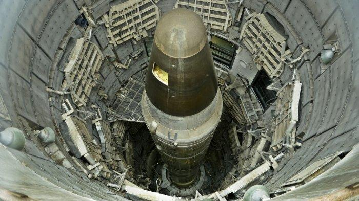 (FILES) Dalam foto ini, foto yang diambil pada 12 Mei 2015, ICMB nuklir Titan II yang tidak aktif terlihat di sebuah silo di Museum Rudal Titan pada 12 Mei 2015 di Green Valley, Arizona. Ilmuwan AS terkemuka meminta Presiden Donald Trump pada 16 Juli 2020, tidak melanjutkan uji coba senjata nuklir, dengan mengatakan tes semacam itu akan meningkatkan risiko perang nuklir. Dalam sebuah surat yang diterbitkan pada peringatan 75 tahun uji bom atom pertama di dunia pada tahun 1945, sekitar 70 ilmuwan, termasuk setengah lusin penerima Hadiah Nobel, mempertanyakan kemungkinan rencana administrasi Trump untuk mengakhiri moratorium pengujian selama 28 tahun.
